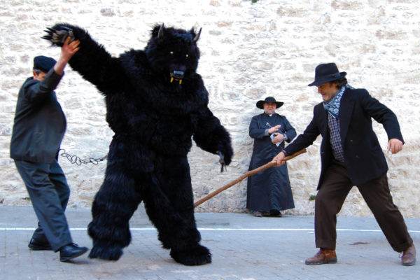 Il ballo dell'uomo-orso a Jelsi, in Molise